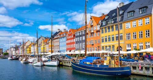 Walk along Nyhavn