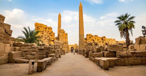 Walk around the ruins of Karnak