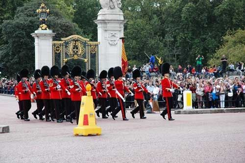 See Changing of the Guards at Buckingham Palace